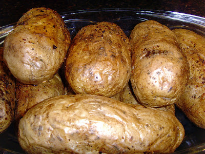 This Oven Baked Potatoes recipe tutorial highlights how to make perfect baked potatoes. Here is a fast method and a slow method for baking the best russet potatoes. via @foodfolksandfun