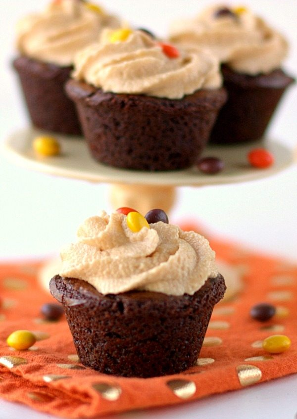 Get your chocolate & peanut butter fix with these mini Brownie Bites recipe with Peanut Butter Frosting. Pantry baking never tasted so good! via @foodfolksandfun