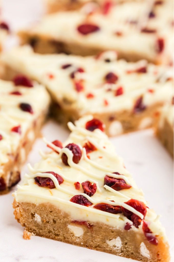 These Cranberry Bliss Bars are perfect for the holidays and a Starbucks copycat recipe. They're quick and easy to make and taste just like Starbucks! via @foodfolksandfun