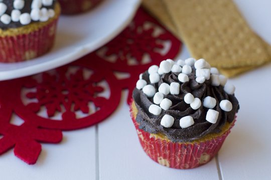 Smore Cupcakes Recipe + How to Make Holiday Graham Cracker Houses