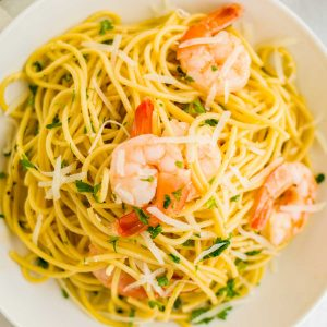 A close up picture of the finished classic Shrimp Scampi pasta.