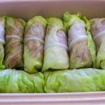 Lay the rolled cabbage leaves neatly in the prepared baking dishes.