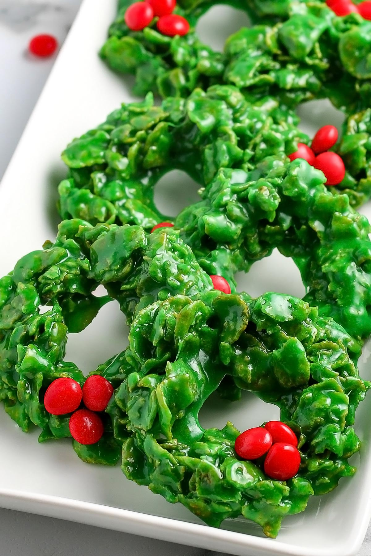Five ingredients and 15 minutes are all that you need to make these no-bake Christmas Wreath Cookies. Grad the kids, because they'll love making these cornflake wreath cookies with you.  via @foodfolksandfun